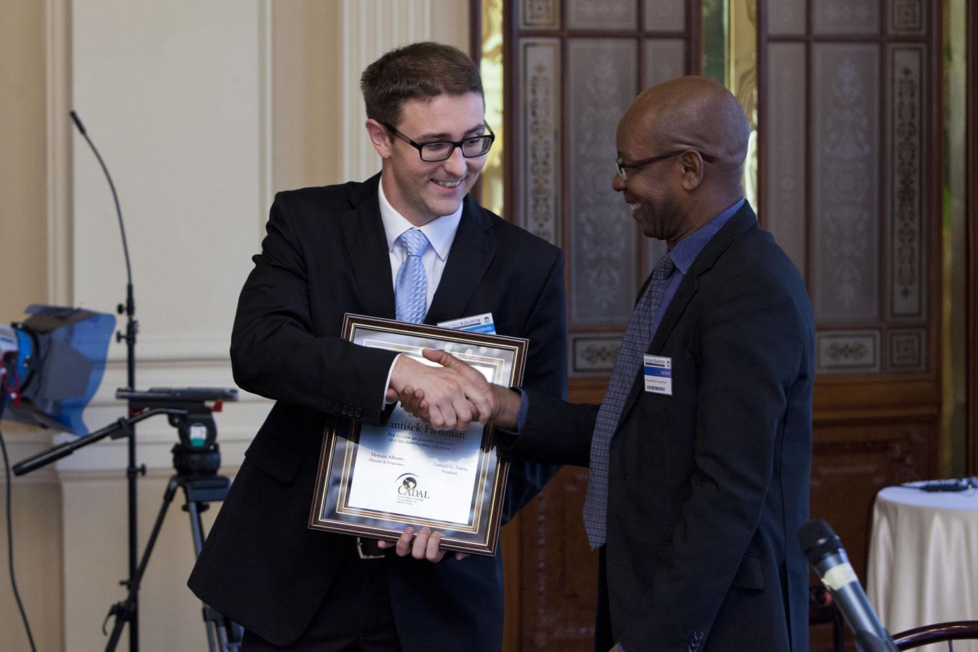 Diplomático checo recibe Premio en Praga