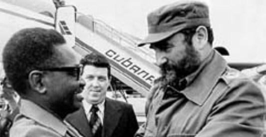 Agostinho Neto junto al dictador Fidel Castro