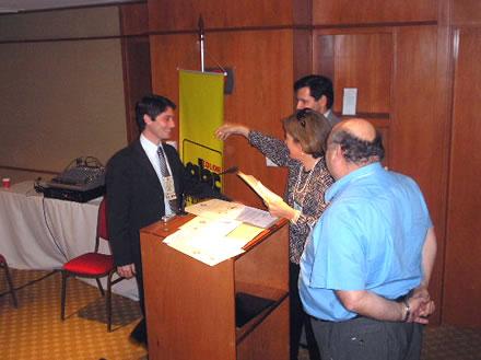 Alfredo Jaeggli, Evento Elena Murdoch y Hugo Vera, le entregan un reconocimiento al Director de Programas de CADAL por su participación.