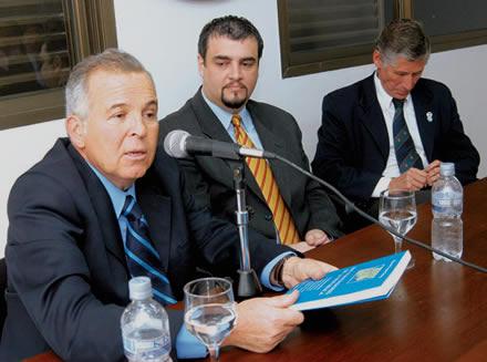 García Hamilton presenta el libro de López Göttig (al centro). A la derecha, Martínez Aráoz. LA GACETA / ENRIQUE GALINDEZ