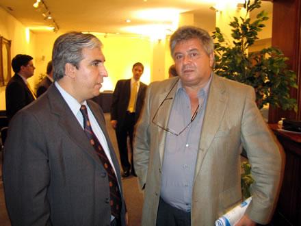 Gabriel Salvia y Ricardo Reilly, Ex Ministro de Trabajo de Uruguay. Más atrás, el Edil de Montevideo Fitzgerald Cantero y Hernán Alberro, Director de Programas de CADAL.