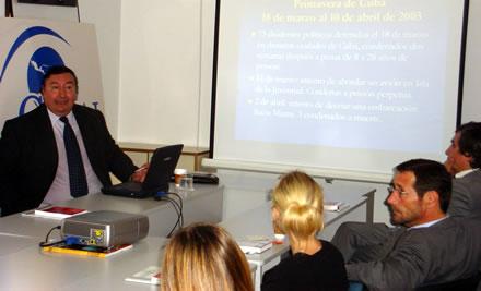 Ricardo Rojas durante su exposición en la sede de CADAL