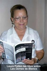 Laura Pollán lee libro sobre Las Damas de Blanco