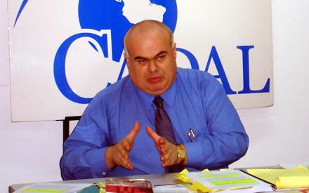 Milton Castillo durante la conferencia en la sede de CADAL.