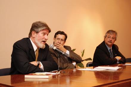 """Ceferino Reato en abril de 2007 durante la presentación de su libro """"Lula: la izquierda al divan"""" en Montevideo. En la foto junto a a Luis Hierro López, Ex Vicepresidente del Uruguay, y Enrique Pintado, Presidente de la Cámara de Diputados del Uruguay."""