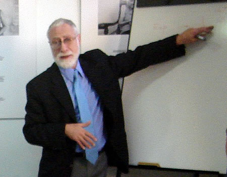Carlos Sabino en la sede de CADAL