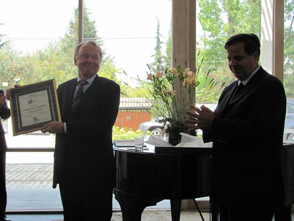Ingemar Cederberg recibiendo la plaqueta del Premio a la Diplomacia Comprometida en Cuba 2009-2010