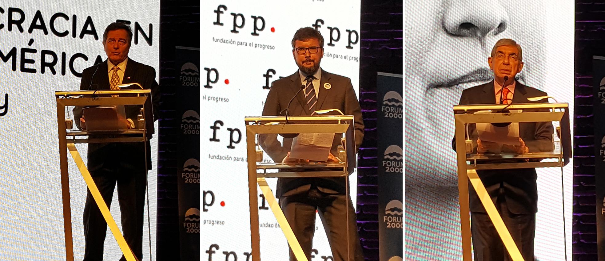 El canciller chileno Roberto Ampuero, el director de Forum 2000, Jakub Klepal y el ex presidente de Costa Rica, Oscar Arias.
