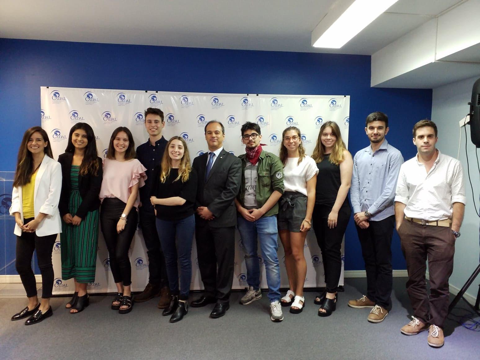 El diplomático Suárez Salvia dialogó con el Grupo Joven