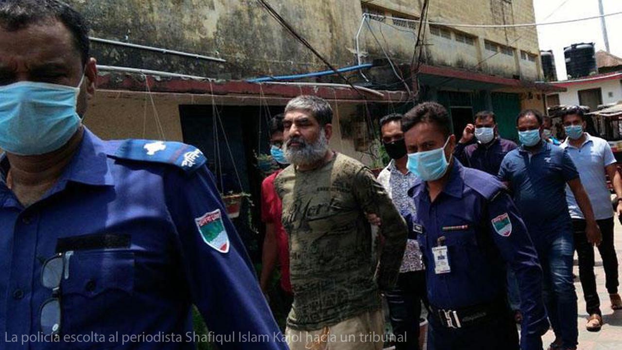 La policía escolta al periodista Shafiqul Islam Kajol hacia un tribunal