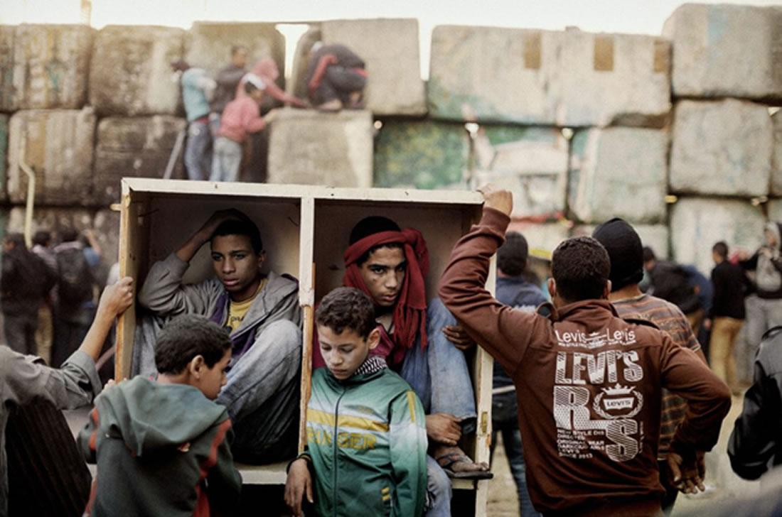 Jóvenes manifestantes se protegen de los combates que tienen lugar en la plaza de Tahrir. El Cairo (Egipto). Enero de 2013, por Moises Saman.