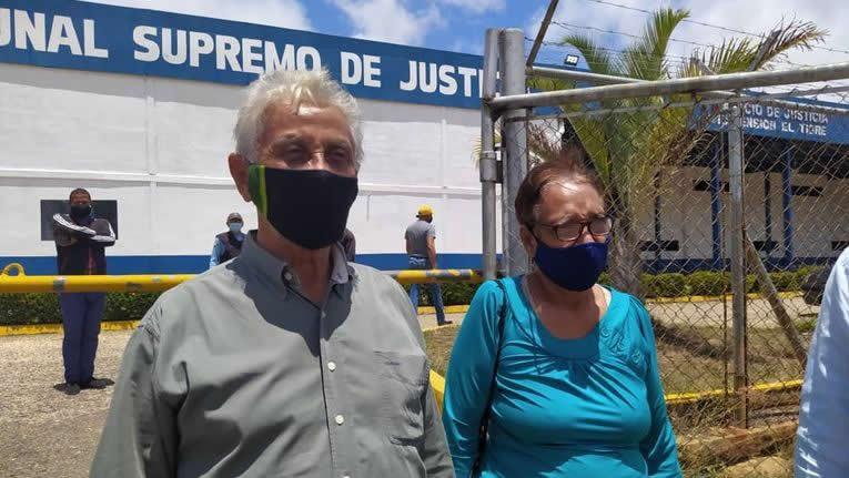 Reclamo por la escritora Milagros Mata-Gil y el periodista Juan Manuel Muñóz