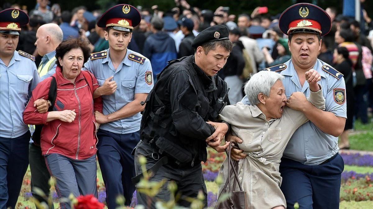 Policías detienen opositores durante las elecciones presidenciales Kazajistán
