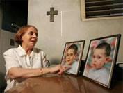 Hilda Molina junto a las fotos de sus nietos