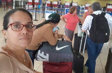 Luz Escobar en el aeropuerto.