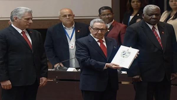 Miguel Díaz-Canel, Raúl Castro y Esteban Lazo, durante la segunda Sesión Extraordinaria de la IX Legislatura de la Asamblea Nacional del Poder Popular en Cuba