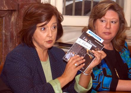 Soledad Alvear y Erika Lüters durante la presentación en Santiago de Chile