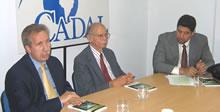 Hans Blomeier, Representante en Argentina de la Fundación Konrad Adenauer, Huber Matos, autor del Prólogo y John Suárez, Directorio Democrático Cubano, en la presentación del libro en CADAL.