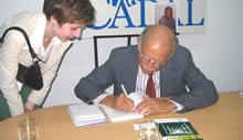 Huber Matos firma el libro