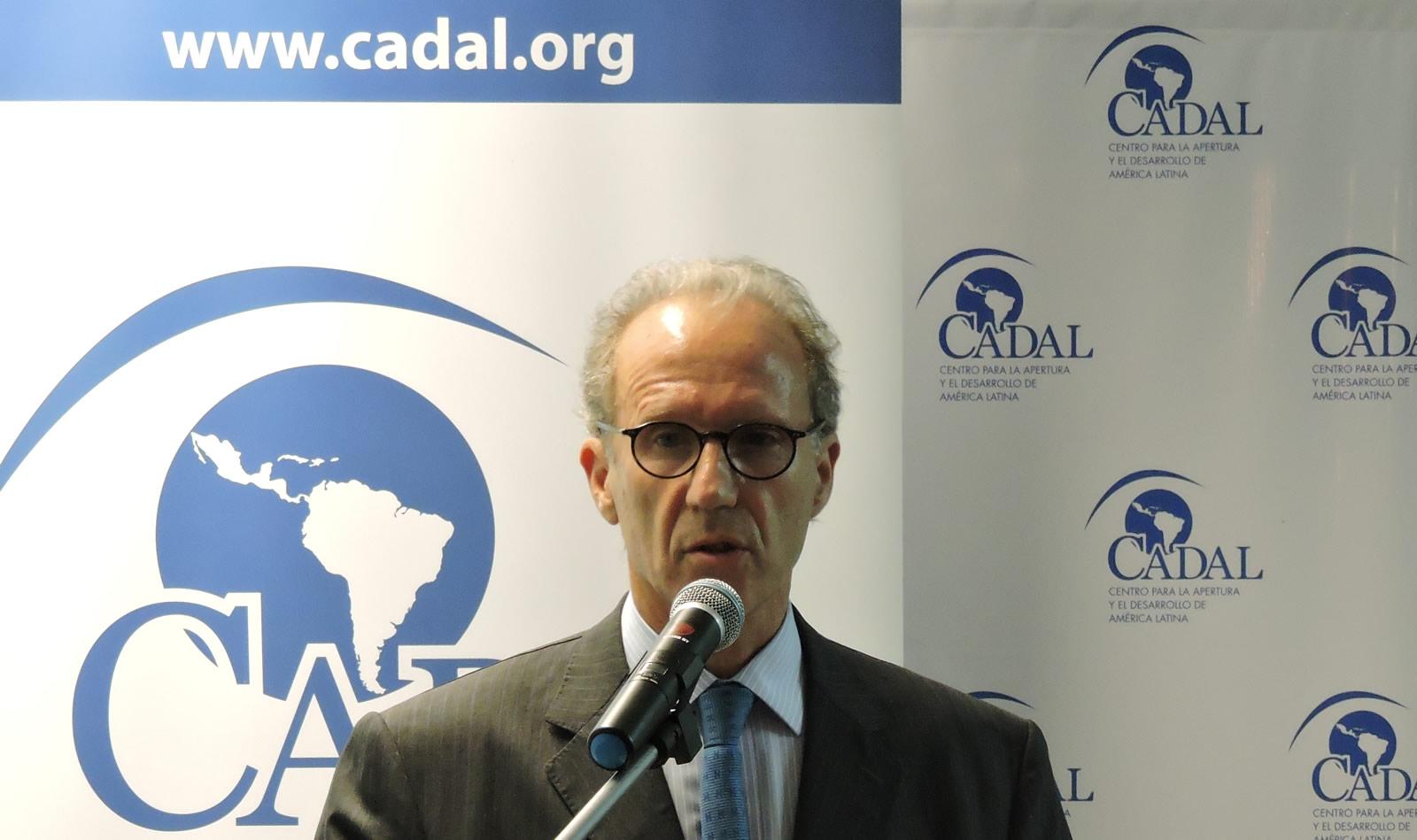Carlos Rosenkrantz en la presentación del libro:Crímenes de Estado, de Jaime Malamud Goiti