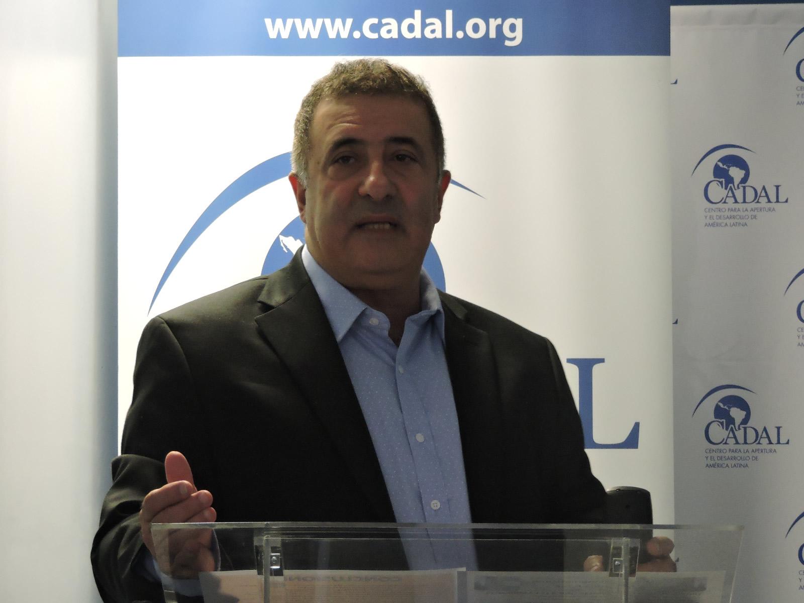 Nelson Fernández en el evento en CADAL: Uruguay: una democracia única (y cambiante)