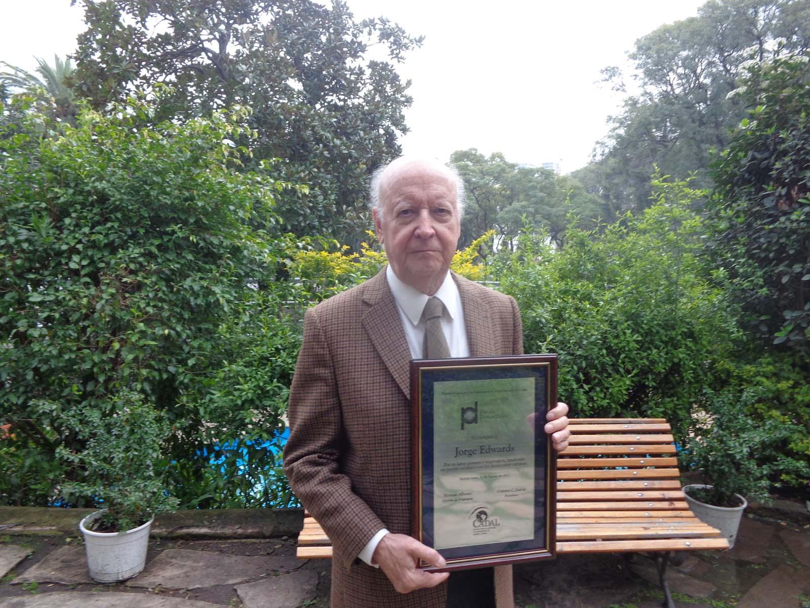 CADAL otorgó a Jorge Edwards un Premio Especial a la Diplomacia Comprometida en Cuba