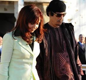 Cristina Kircher junto al dictador Muamar Kadafy